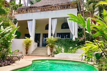 Casa Sonrisa, 2 bedroom relaxing oasis with pool