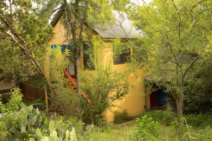 Barton Hills Treetop Studio Apt 10 min to downtown