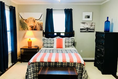 Conveniently Located Cozy Cowtown Cottage!