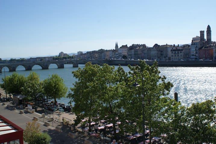 Saint-Laurent-sur-Saône的民宿