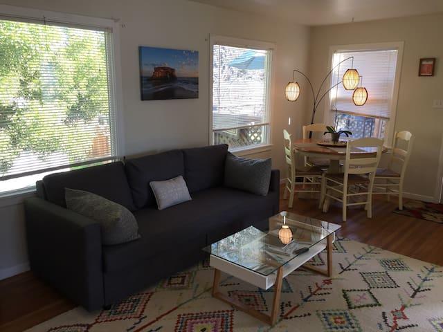 Charming House- walk to harbor, beach, restaurants