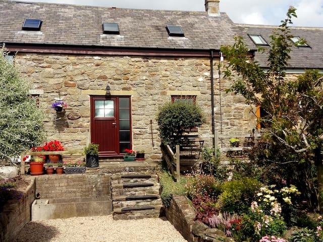 Beautiful setting, sleeps 4, Hillside Cottage
