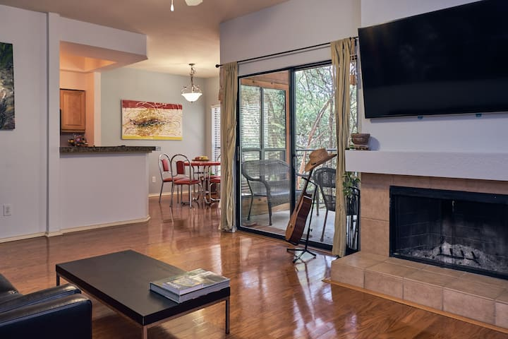 2 bedroom condo mins from Downtown & the Domain!