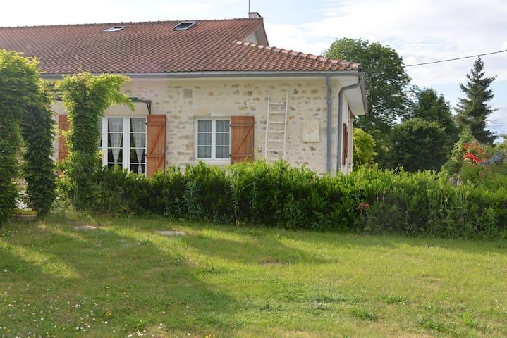 Roumazières-Loubert的民宿