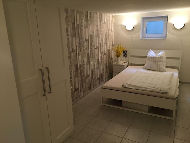 3 Zimmer in ruhiger Lage mit Bad & Terasse