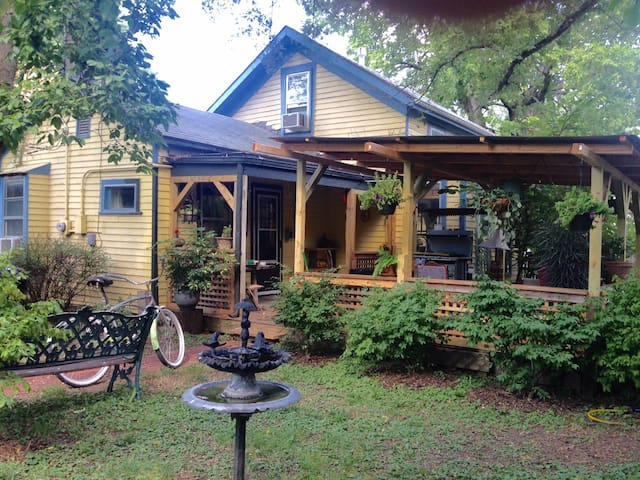 1 Bl  Downtown Historic Eclectic Art-Filled Haven