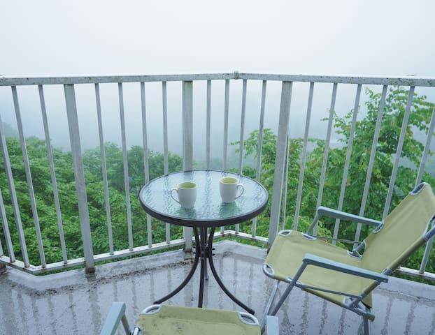 GOTO利用可。森の中の別荘。圧倒的なデッキからの眺望。朝霧に煙る軽井沢の休日。ICから5分。