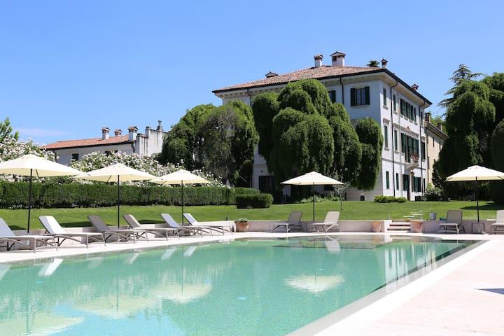 Colognola Ai Colli的民宿