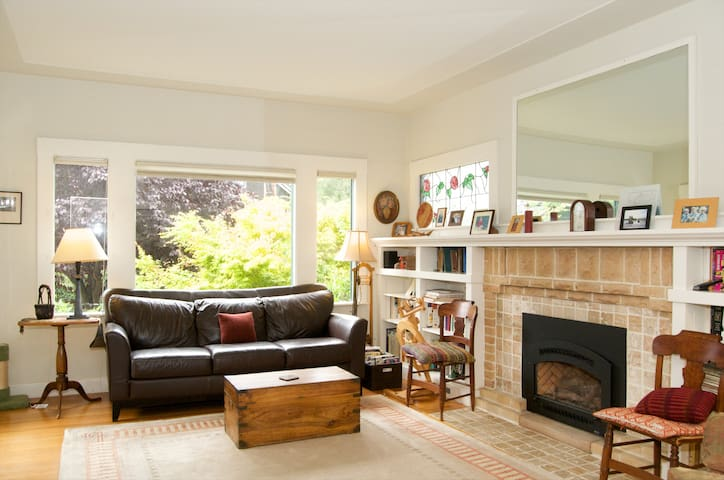 Heart of the Elmwood District! Private Room +Deck