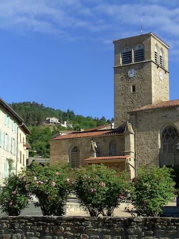 Saint-Georges-en-Couzan的民宿