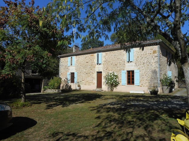 Saint-Cyr-des-Gâts的民宿
