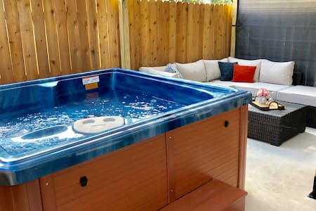 *SANITIZED* RIVERWALK TOWNHOME WITH HOT TUB!