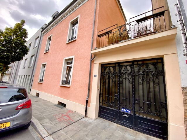3BR Townhouse with 2 Bathrooms, Private Parking & Terrace