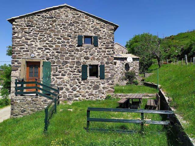 Gîte à la ferme en Ardèche, magnifique panorama.