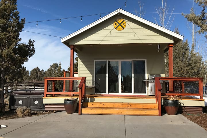"""""""Pool House"""" with Hot Tub, close to downtown Bend"""