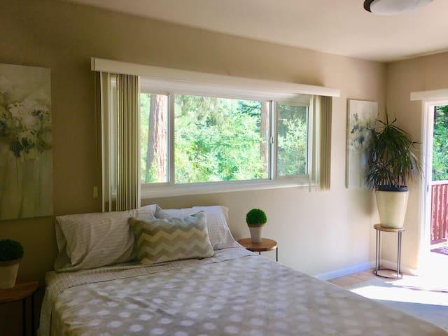 Private Bright Studio with Deck