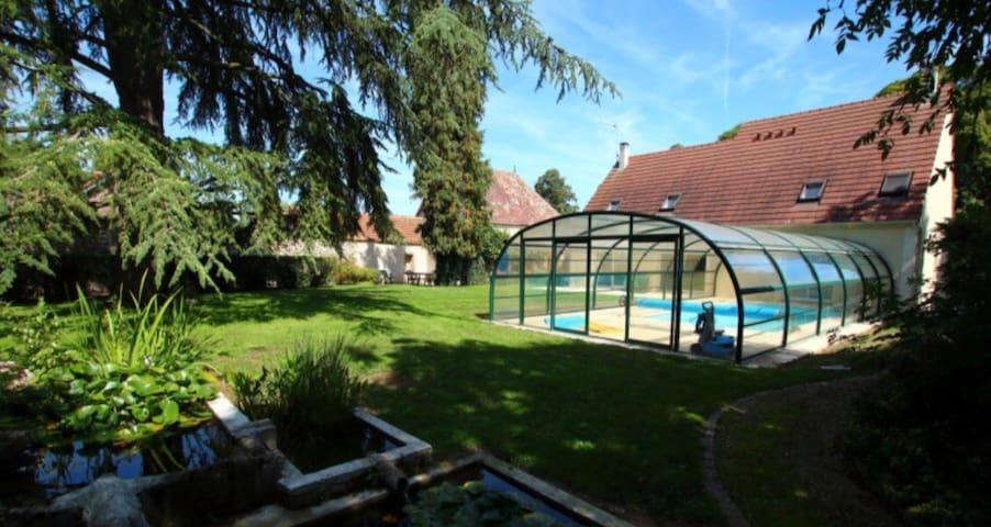10mn Chartres:  12personnes espace spa et piscine.