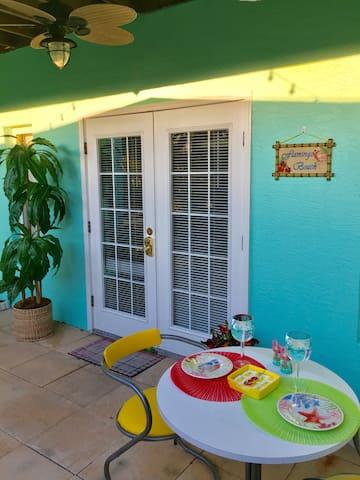 Flamingo Beach: 2 Q Beds/800 sq ft/Beach 1 block