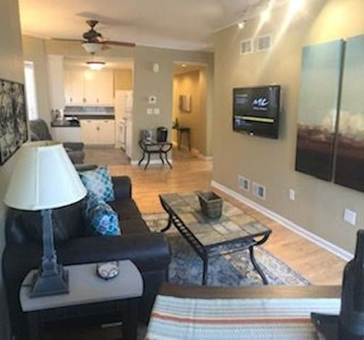 2 Bedroom Modern Apartment 35 miles to Chicago