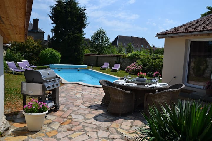 Joli studio piscine, charmant village 60km  Paris