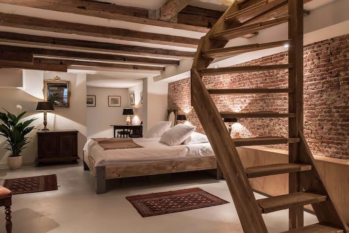 Classy Basement 17th Century Canalhouse
