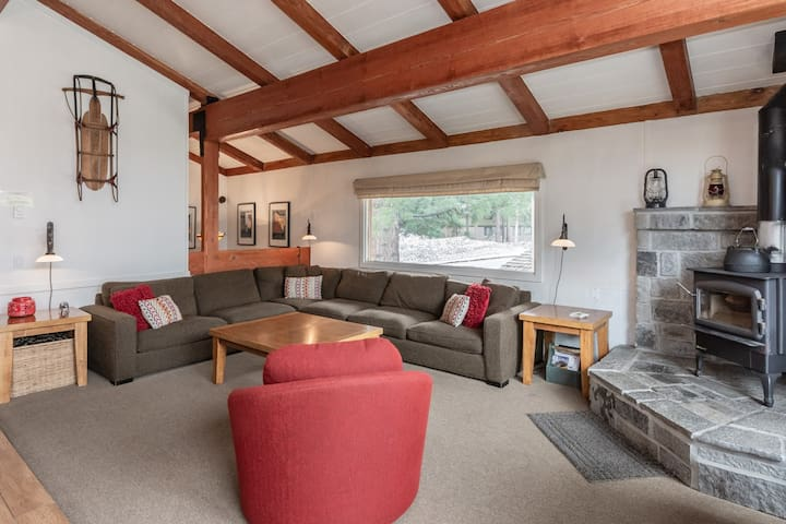 Charming townhome in central Mammoth with shared amenities; steps to free shuttle