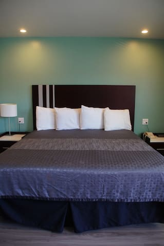 Private Room & bath in DT LBC; wifi, parking,