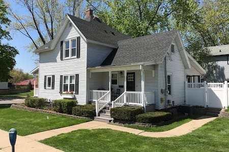 The Field House @ Dells Vacay | Amazing 4 BR Home | Game Room | Downtown Wisconsin Dells | Basketball
