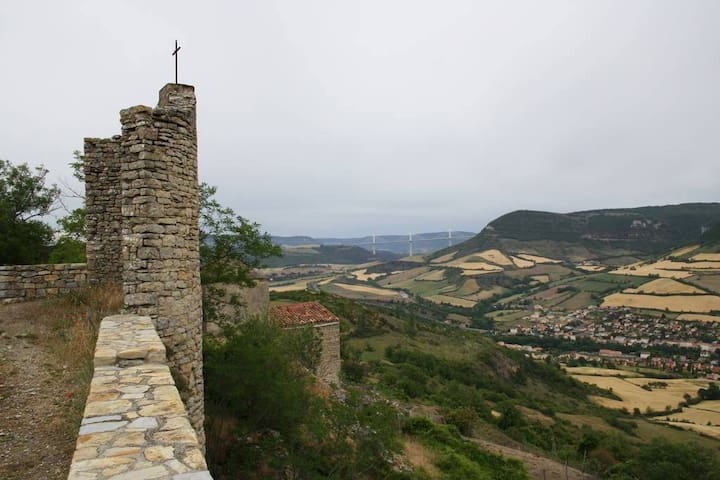 Tour médiévale vue terrasse balcon Larzac Cernon