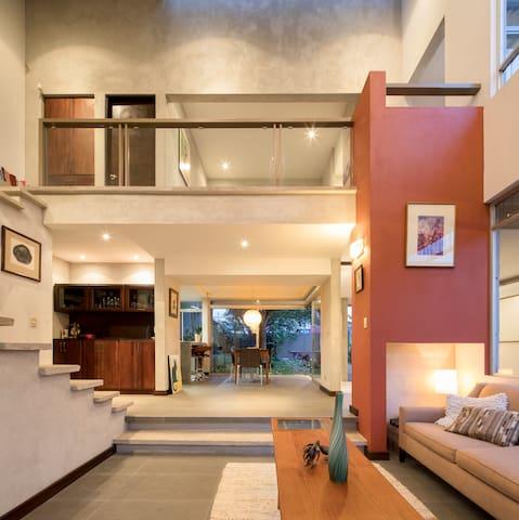 Cozy Tropical Loft, strategically located.
