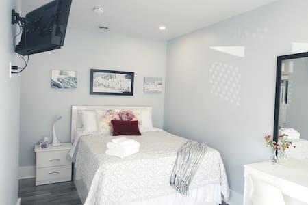 Serene Niagara Inn - Maple Room