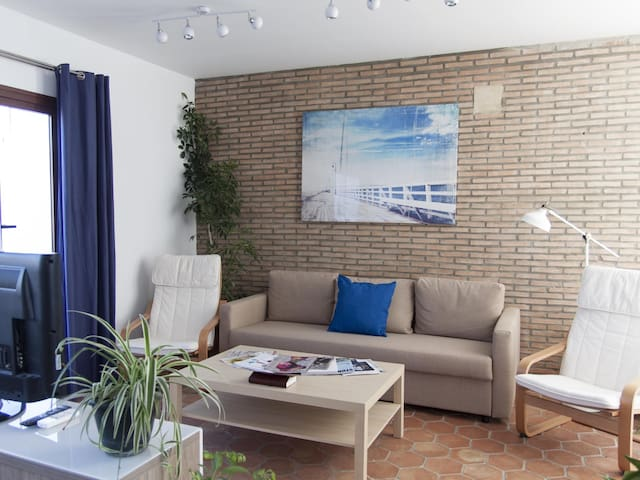 [2006] Elegant and bright one bedroom apartment located in the center, surrounde
