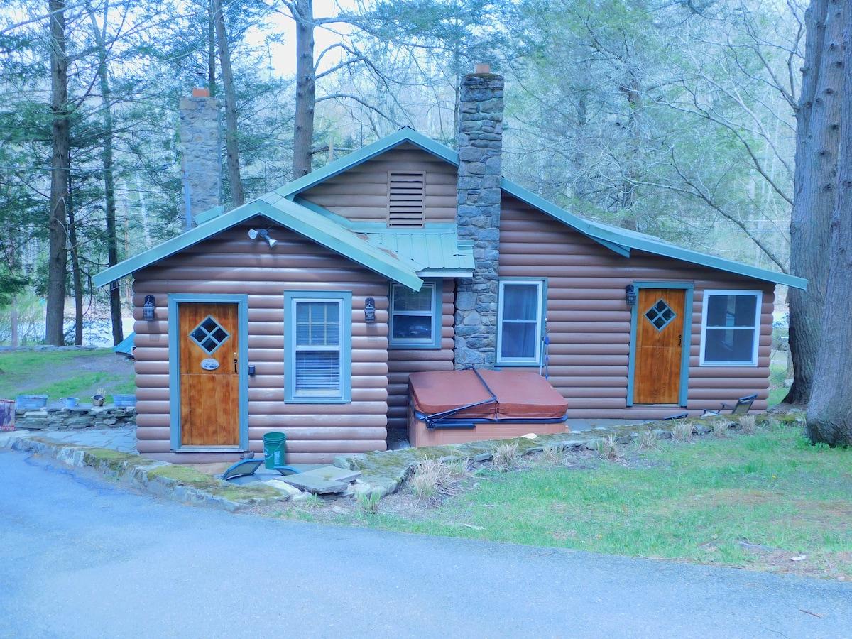 Pocono 2 Bedroom Rustic Log Cottage