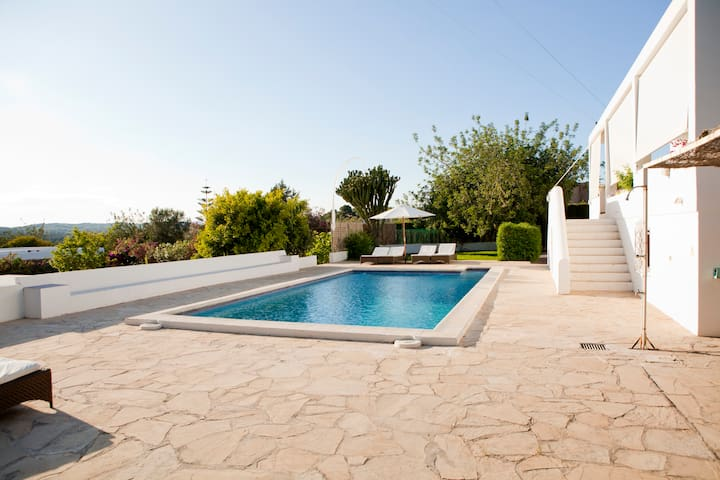 CAN CHIC, Large house up to 8 with pool & BBQ.