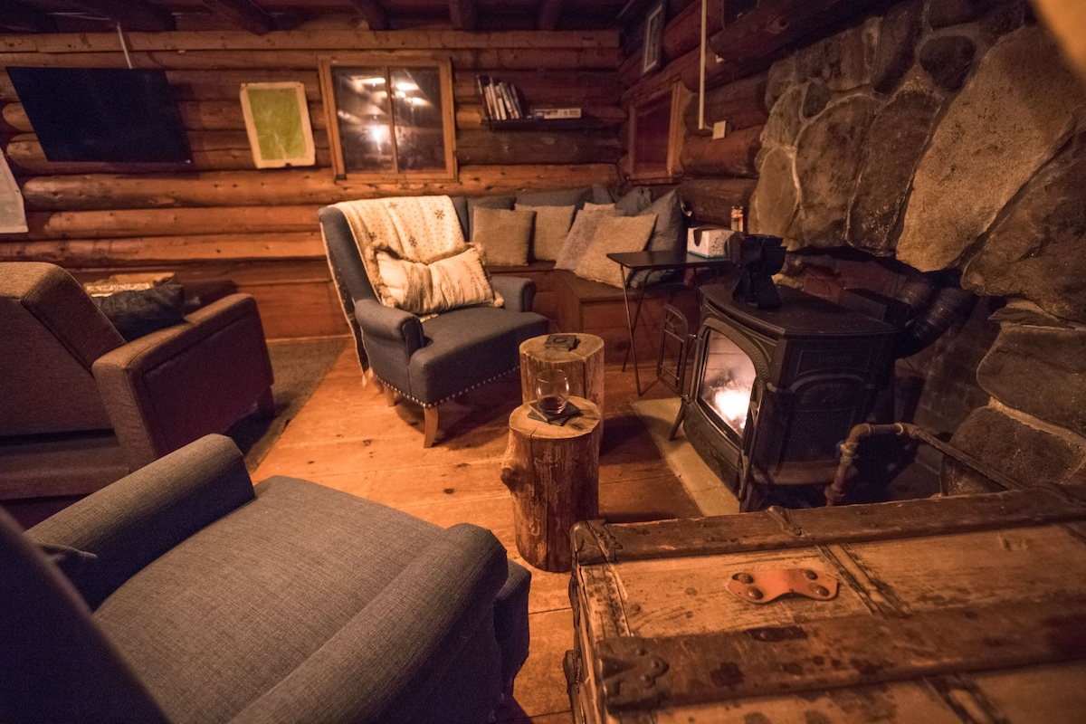 Cozy Log Cabin/Private Hot Tub/Brook/Fireplace