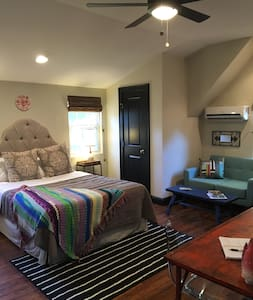 Carriage House-2 miles from uptown