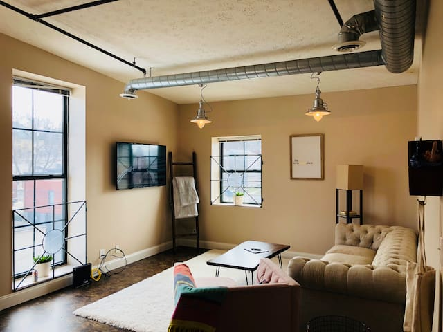 Bright downtown condo-free parking-5min to Purdue