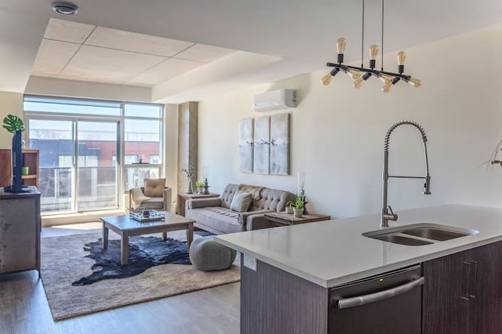 Sunny + Modern 2br in Historic Downtown • New!