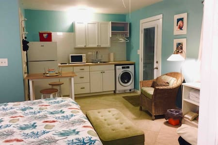 Sunny Studio 3 miles  to beach or downtown
