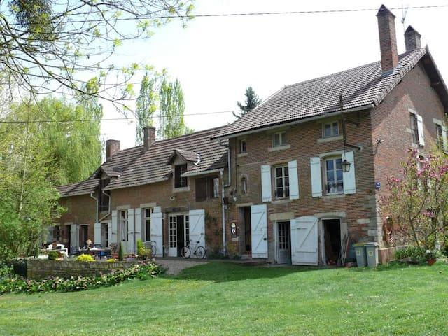 Labergement-lès-Seurre的民宿
