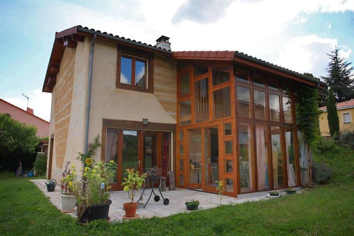 Chambre orange proche de Clermont-Ferrand
