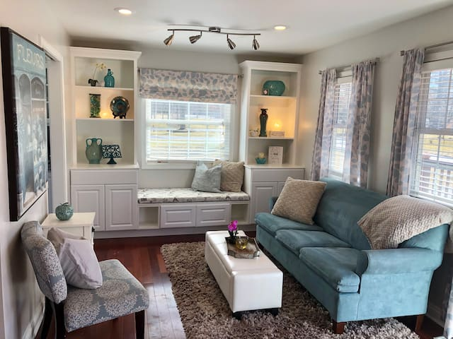 Luxury Home by the Woods. 3 Bedroom/ Sleeps 8