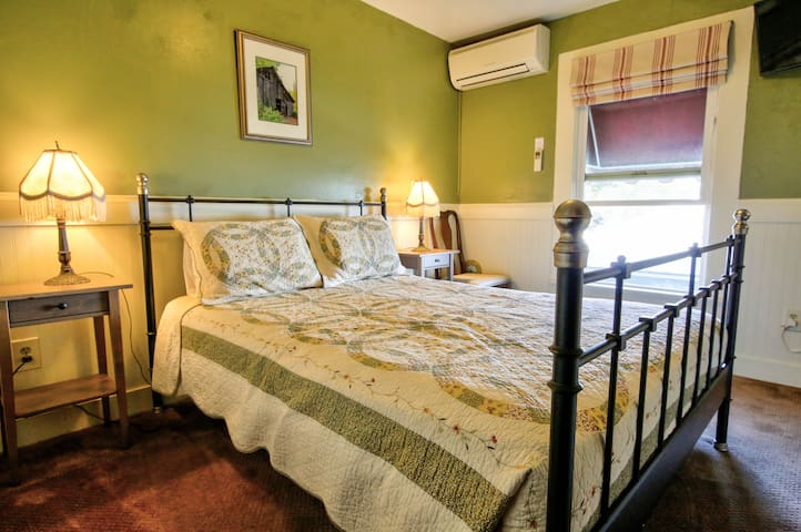 Traditional Queen - Hotel Charlotte