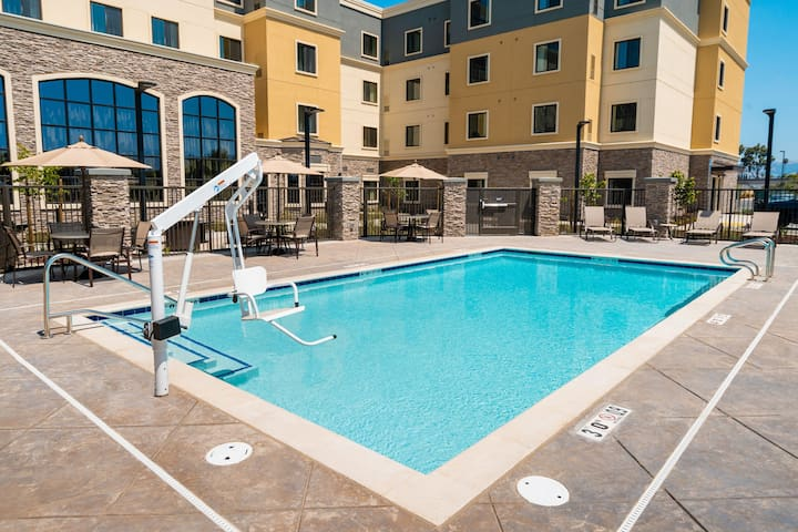 King Suite. Free Breakfast. Pool. Shared BBQ. Great for Business Travelers!