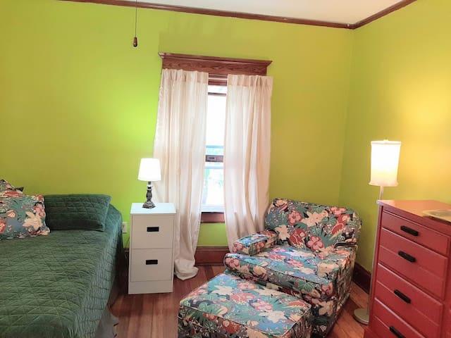 Green Sleeping Room--No Kitchen--near Memorial
