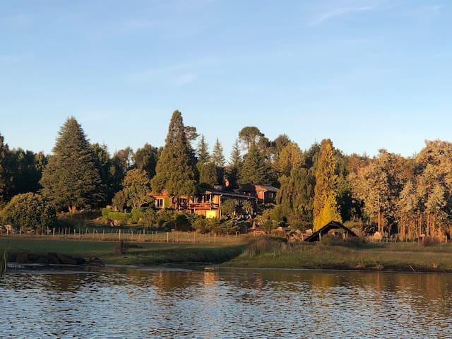 Family home in idyllic lake setting