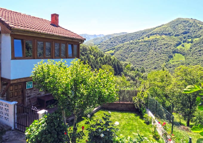Casa Perfecta . Jardín con Barbacoa en la Montaña