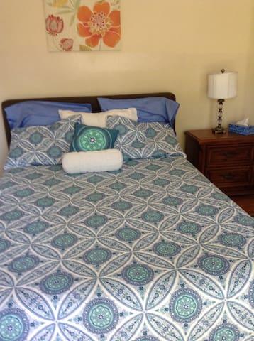 Northeast Pasadena:Queen Bed