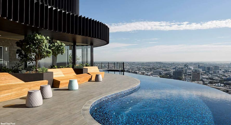 Infinity Pool & View! 25th Floor Apt w Gym Parking