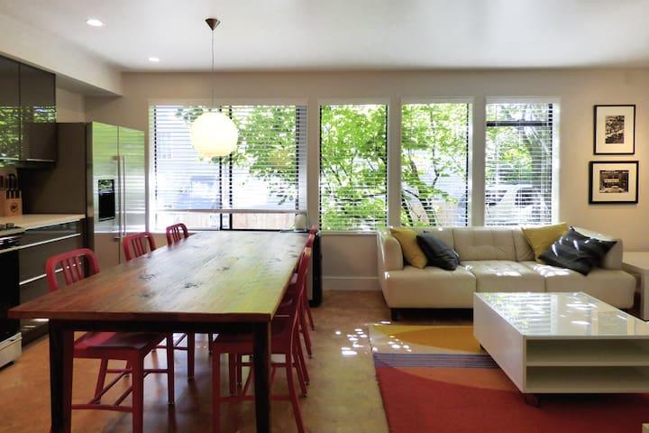 Modern + Cozy Eastlake/Lake Union 2BR Apartment